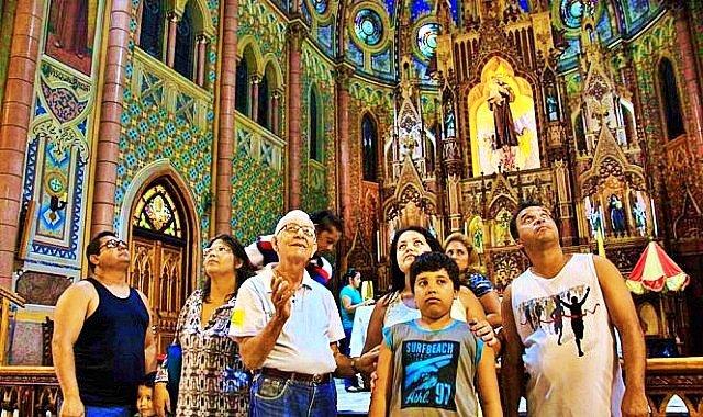 Idoso do programa Vovô Sabe Tudo serve como monitor para turistas em igreja de Santos