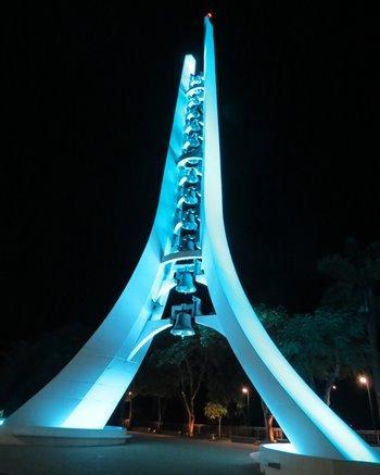 Vista noturna do campanário do Santuário Nacional de Aparecida - foto Viagens de Fé